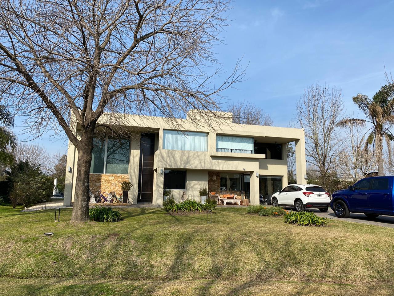 Casa 5 Ambientes Lote 1028 m² – 320 m² Cub. – Detalles de Categoría – Carola Lorenzini 4951 -Bº Privado San Patricio – Moreno